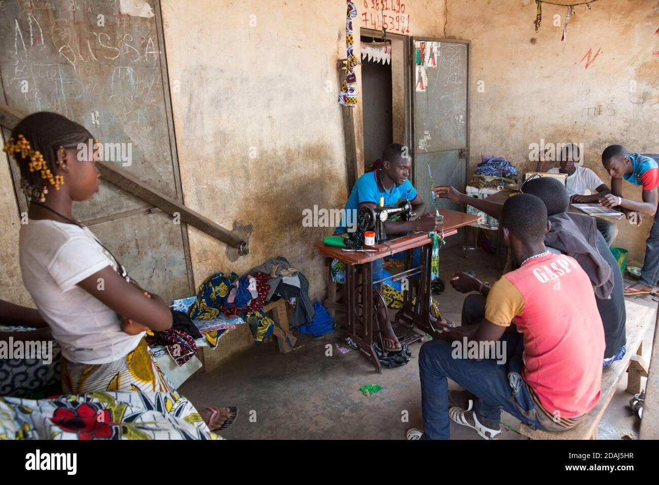 Selingue, Mali, 25 avril 2015; Mousa Samgare, 18 ans, tailleur, possède également une parcelle de terres irriguées. Chaque matin, il travaille sur le terrain de 12 h à 18 h, puis il vient dans sa boutique et y travaille jusqu'à 18 h. Banque D'Images