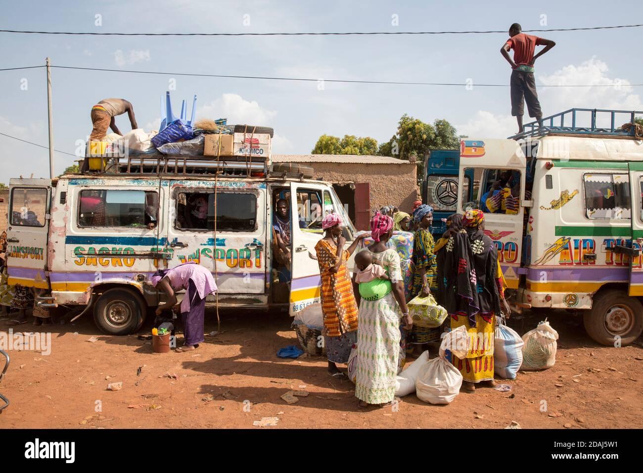 Selingue, Mali, le 25 avril 2015; les femmes attendent de charger leurs articles dans un autobus à la fin de la journée de marché. Banque D'Images