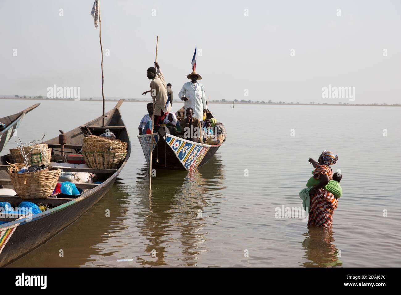 Selingue, Mali, le 25 avril 2015; Cariere village sur le lac barrage est un village de pêcheurs. Aujourd'hui, les bateaux transportent des gens vers d'autres villages sur le lac comme Sogodogala pour le jour du marché dans la ville de Selingue. Le trajet coûte 750 CFA par personne pour un aller-retour. Banque D'Images