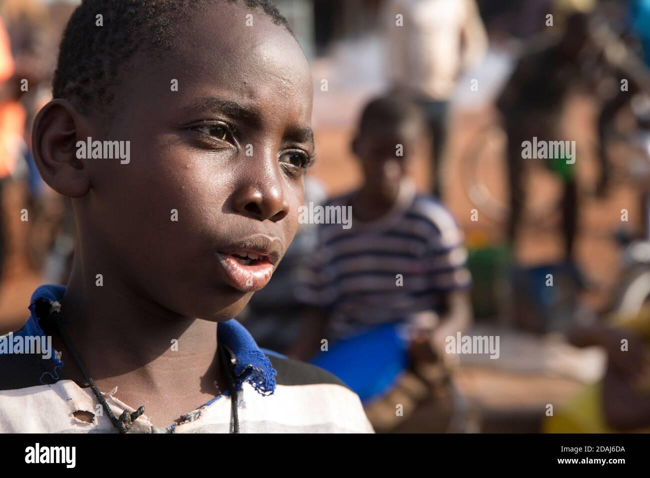 Selingue, Mali, 25 avril 2015; femmes et filles remplissant des conteneurs d'eau à un point d'eau de la rue principale. Ils rivalisent avec les nettoyeurs de moto pour l'eau. Banque D'Images