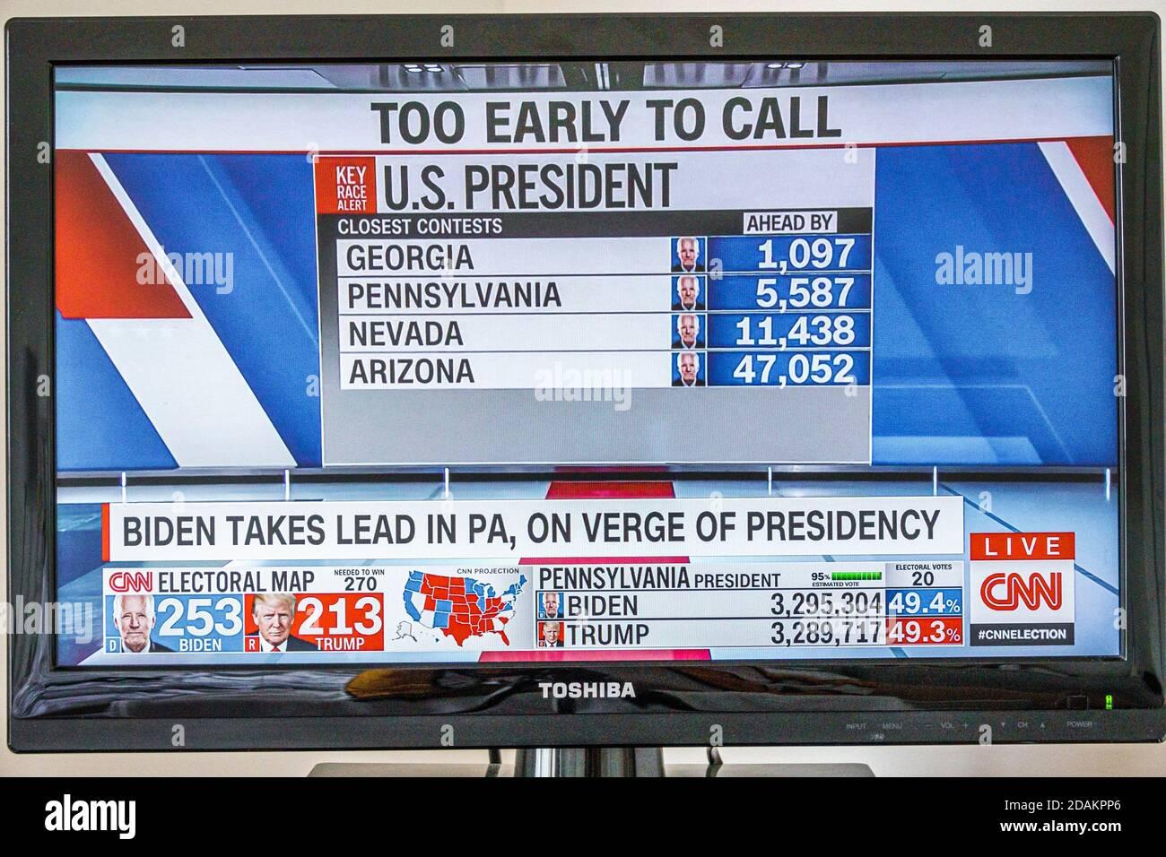 Télévision câblée écran de télévision moniteur 2020 des résultats de l'élection présidentielle américaine Joe Biden Donald Trump vote le nombre de votes populaires au collège électoral prend la tête Banque D'Images