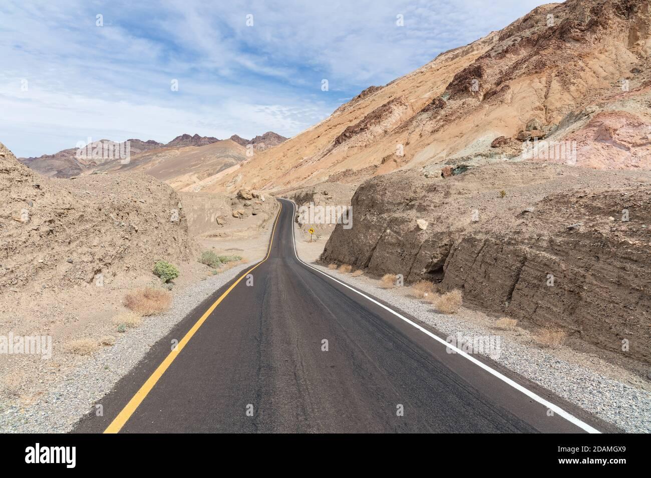 Longue route à travers le désert dans le parc national de la Vallée de la mort, Californie, États-Unis. Banque D'Images