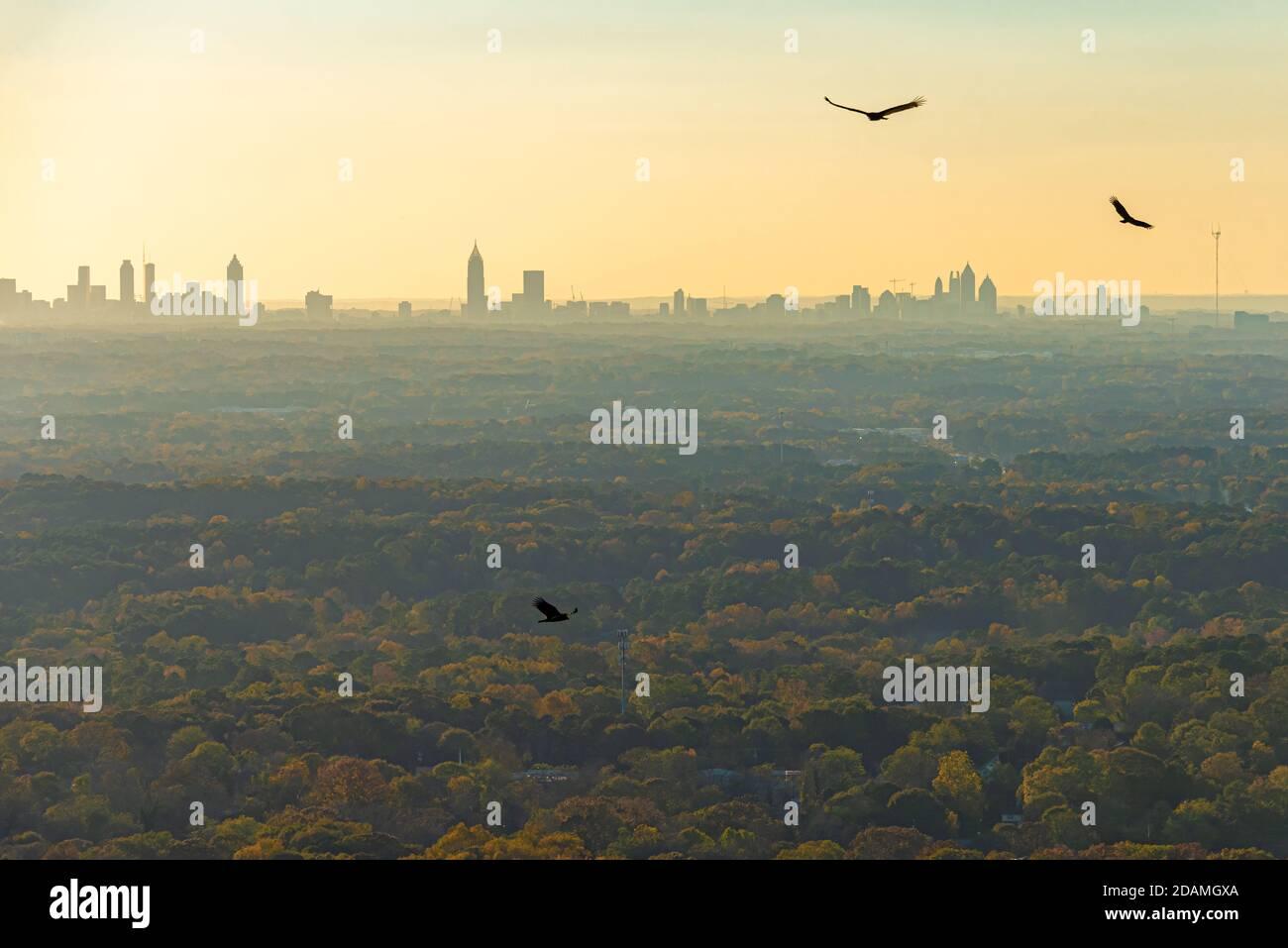 Vue sur le centre-ville et le centre-ville d'Atlanta au coucher du soleil depuis le sommet de Stone Mountain, juste à l'est d'Atlanta, à Stone Mountain, en Géorgie. Banque D'Images
