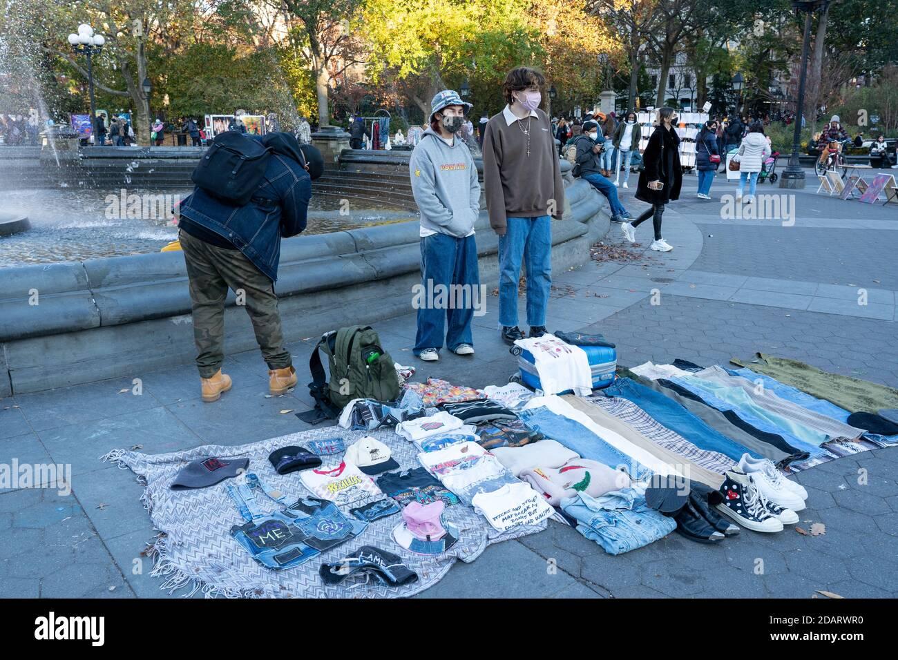 New York, États-Unis. 14 novembre 2020. Les personnes portant un masque facial vendent des vêtements au parc Washington Square au milieu d'une pandémie de coronavirus (Covid-19) à New York. Crédit : SOPA Images Limited/Alamy Live News Banque D'Images
