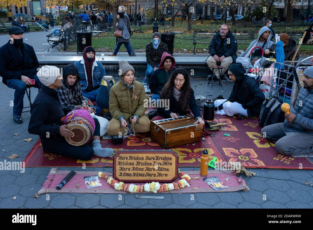 New York, États-Unis. 14 novembre 2020. Les membres de Hare Krishna chantent au parc Washington Square dans le cadre d'une pandémie de coronavirus (Covid-19) à New York. Crédit : SOPA Images Limited/Alamy Live News Banque D'Images