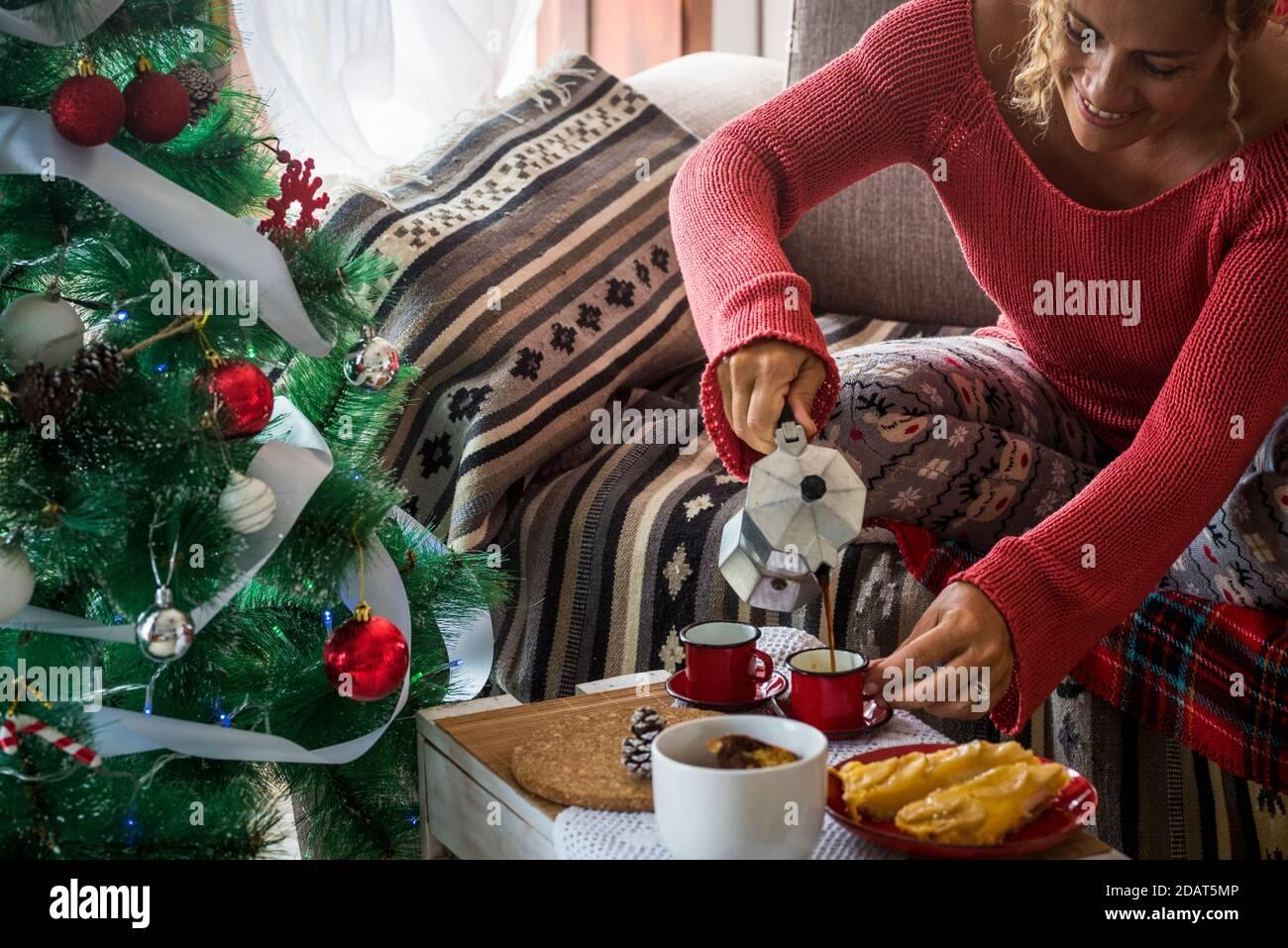 Femme servant du café le matin petit déjeuner à la maison en vacances la veille de noël - moka expresso italien café et gai les gens qui apprécient les vacances Banque D'Images