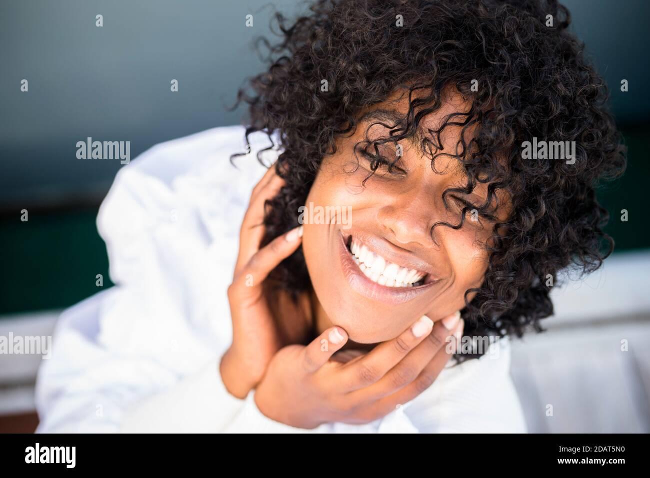 Joyeux joyeux portrait de jeune femme - noir africain belle fille souriez et profitez de l'appareil photo à l'extérieur - dents et beauté de la peau et des cheveux africains Banque D'Images