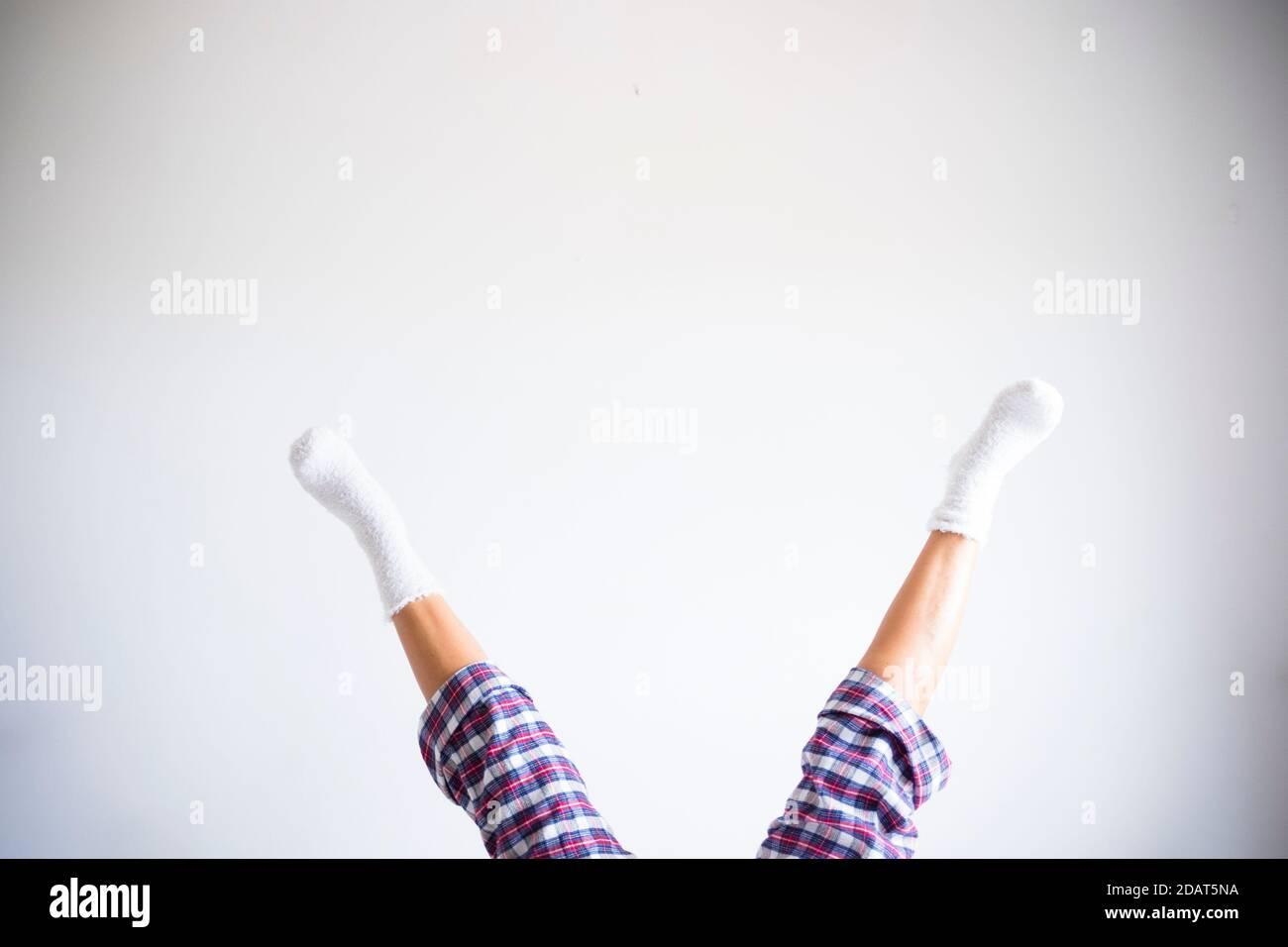 Femme jambes vers le bas en position inverse avec mur blanc de la pièce contexte - concept d'exercices de forme physique à la maison et sain drôle de vie personnes - codysp Banque D'Images
