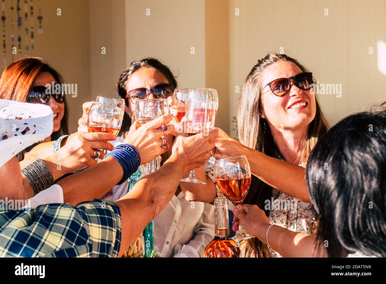Groupe de jeunes femmes caucasiennes gaies appréciant et célébrant ensemble prendre des verres à vin rouge ensemble - les gens s'amusent célébration avec dri Banque D'Images