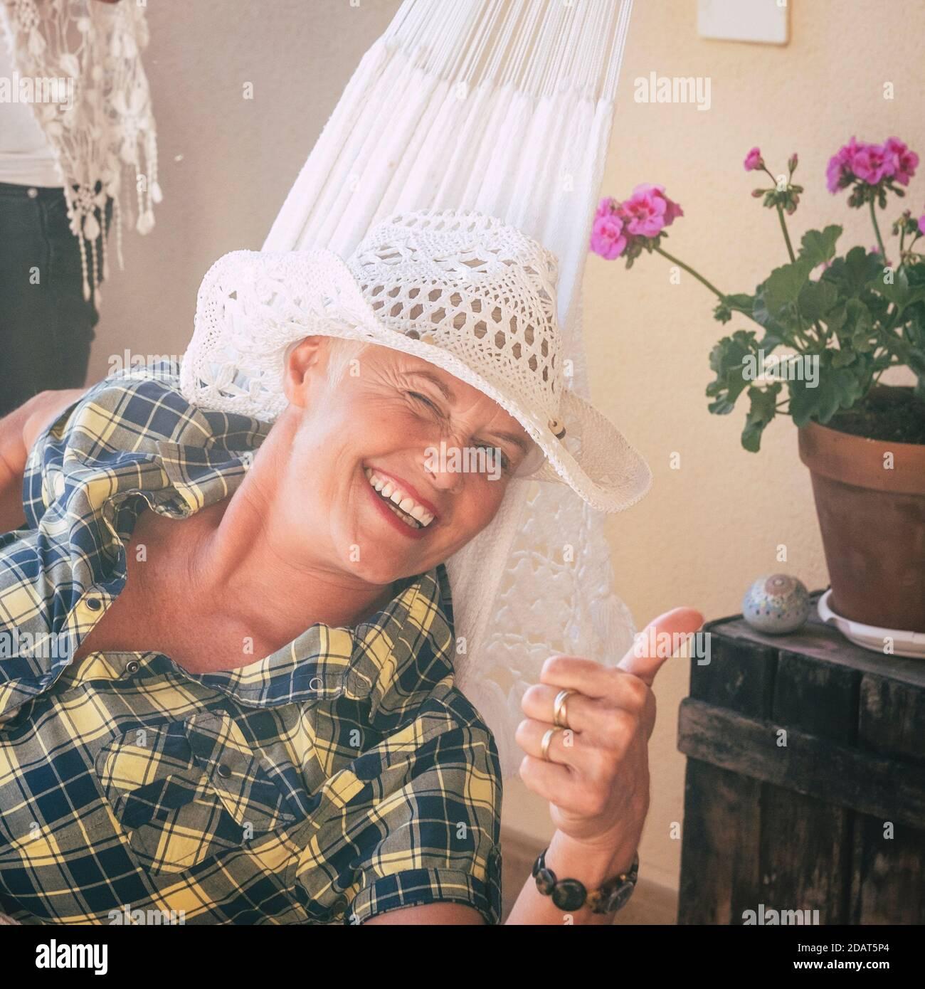 Portrait d'une vieille jeune femme gaie sourire à l'appareil photo et clignement - des femmes âgées heureux qui profitent de la vie Banque D'Images