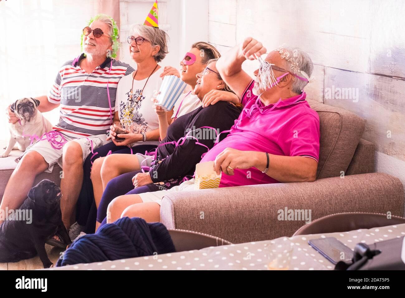 Groupe familial d'âges mixtes les générations célèbrent ensemble à la maison avec bonheur - jeunes et vieux s'amuser - petit-fils adolescent avec petit-père Banque D'Images