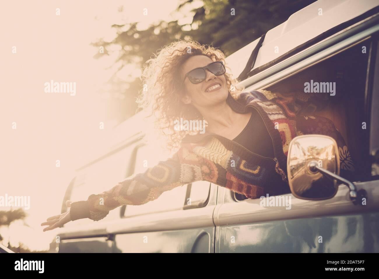 Voyage et concept de vie de bonheur avec joyeux et joyeux belle dame à l'extérieur de la fenêtre de la camionnette et vent dans les cheveux - peop Banque D'Images