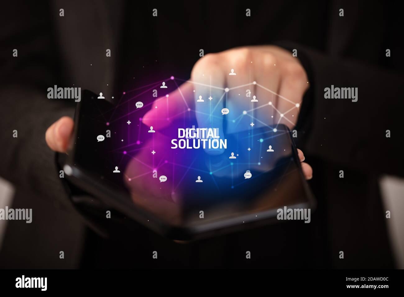 Businessman holding un smartphone avec l'inscription de la Solution numérique, nouvelle technologie concept Banque D'Images