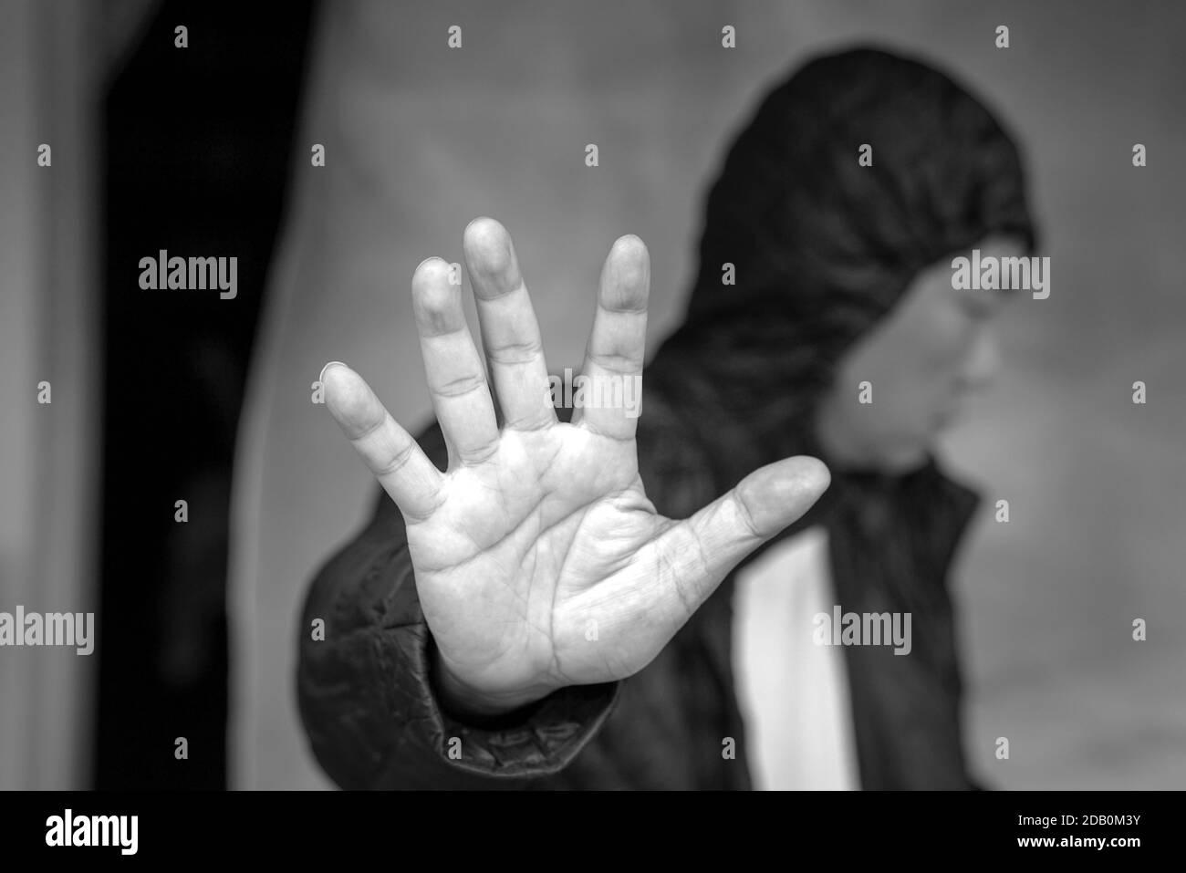 Concept de santé mentale. Un homme déprimé agitant la main pour pousser ou refuser de l'aide. Banque D'Images