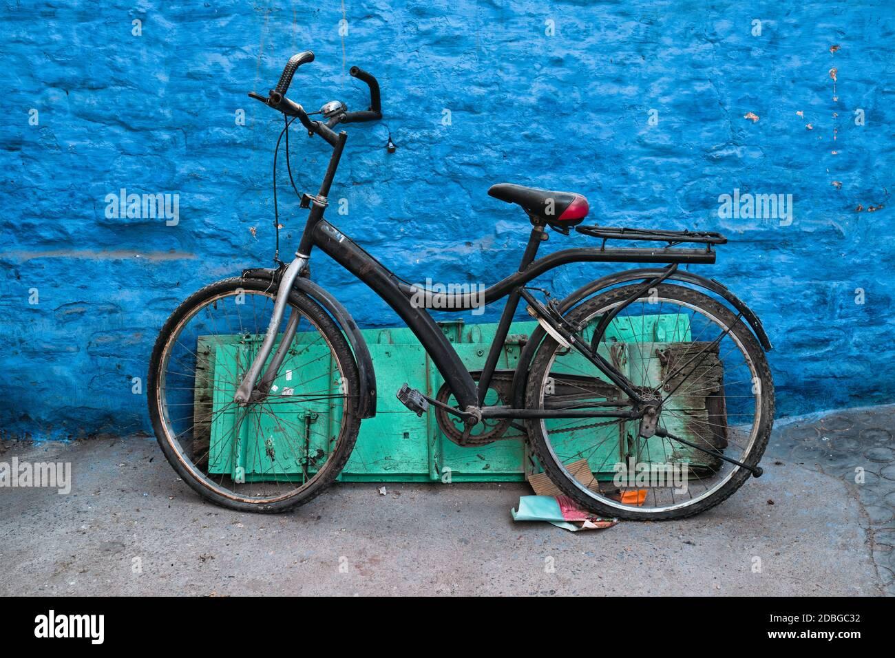 Vieux vélo au mur de la maison bleue dans les rues de Jodhpur, également connu comme ville bleue en raison des maisons de Brahmin peintes en bleu vif, Jodhpur, Rajasth Banque D'Images