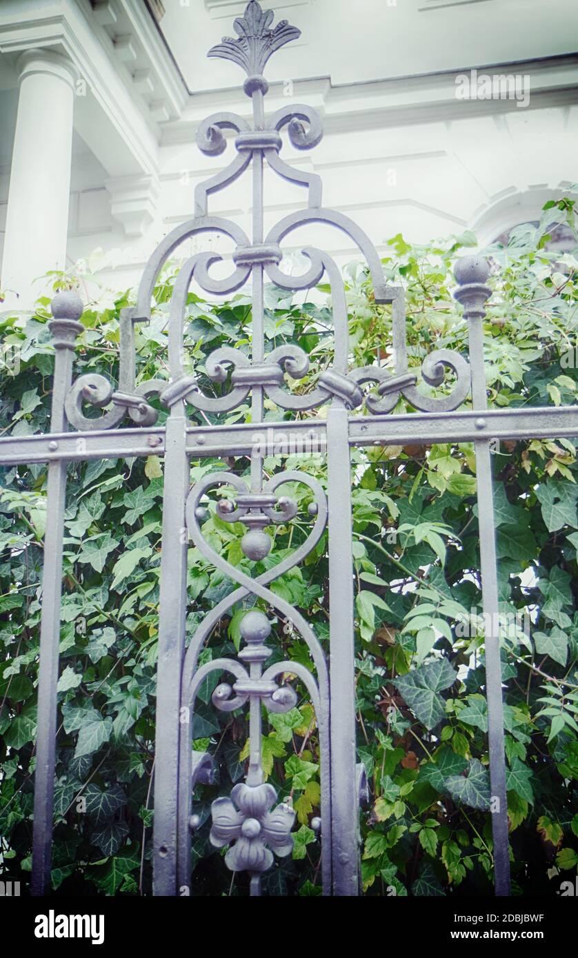 Clôture en fer Wrouht de style Renaissance décorant le jardin de un manoir Banque D'Images