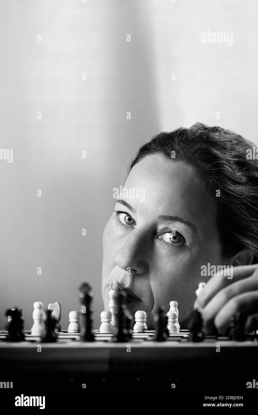 Femme jouant aux échecs II Banque D'Images