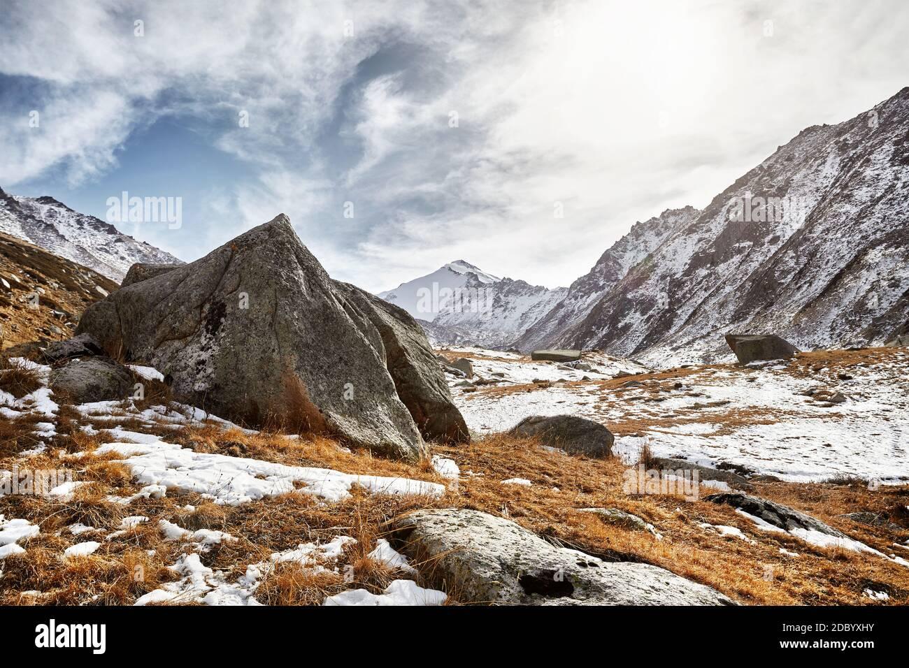 Magnifique paysage de la vallée de la montagne et grand rocher au premier plan. Activités de plein air et concept de randonnée Banque D'Images