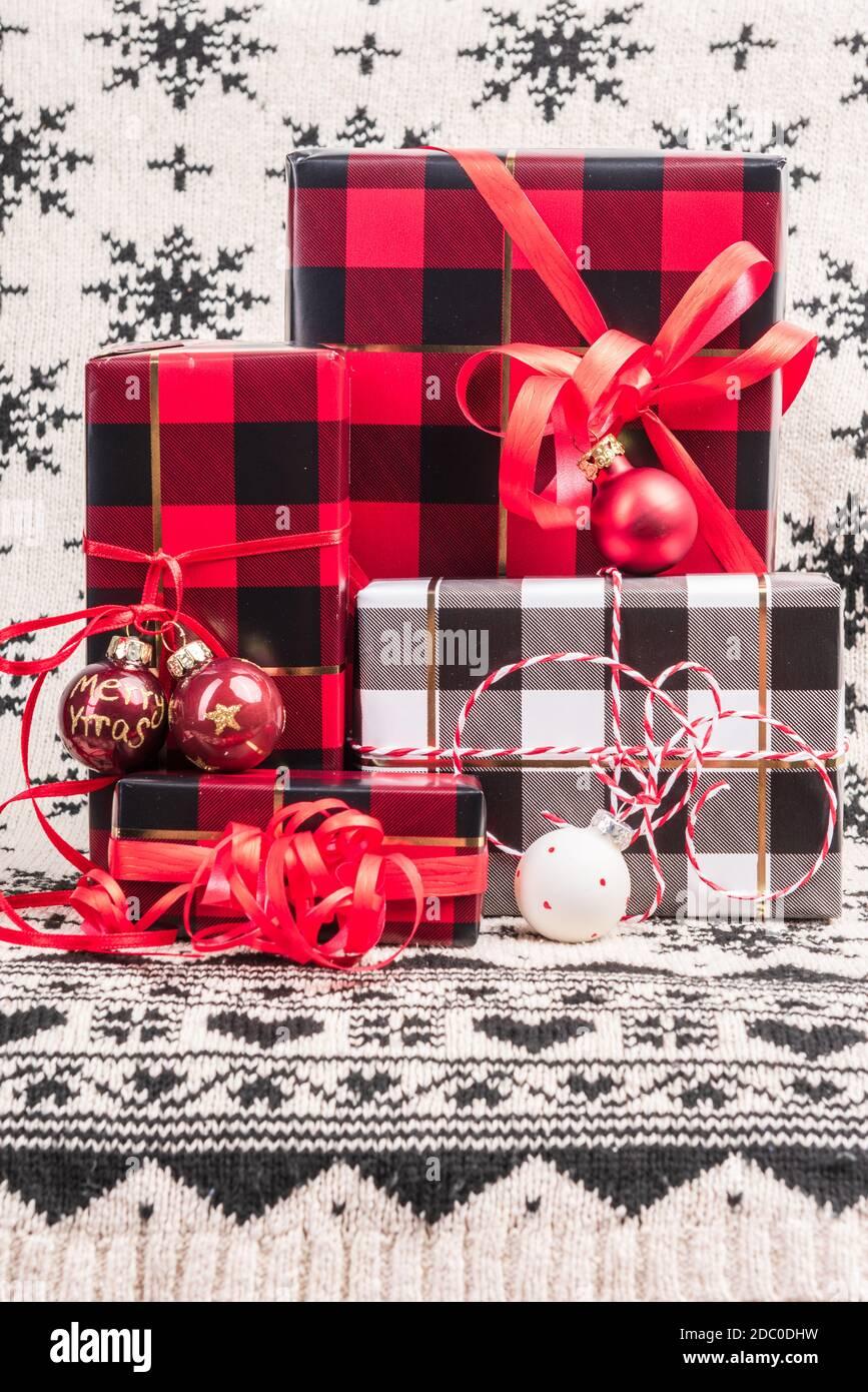 Verpackte Geschenke zu Weihnachten mit Packpaper im Karomuster Banque D'Images