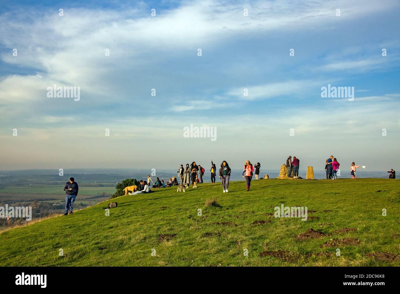 Les visiteurs apprécient la lumière de la fin de l'après-midi et la vue sur Ivanhoé Beacon Chiltern Collines Herrtfordshire Angleterre Banque D'Images