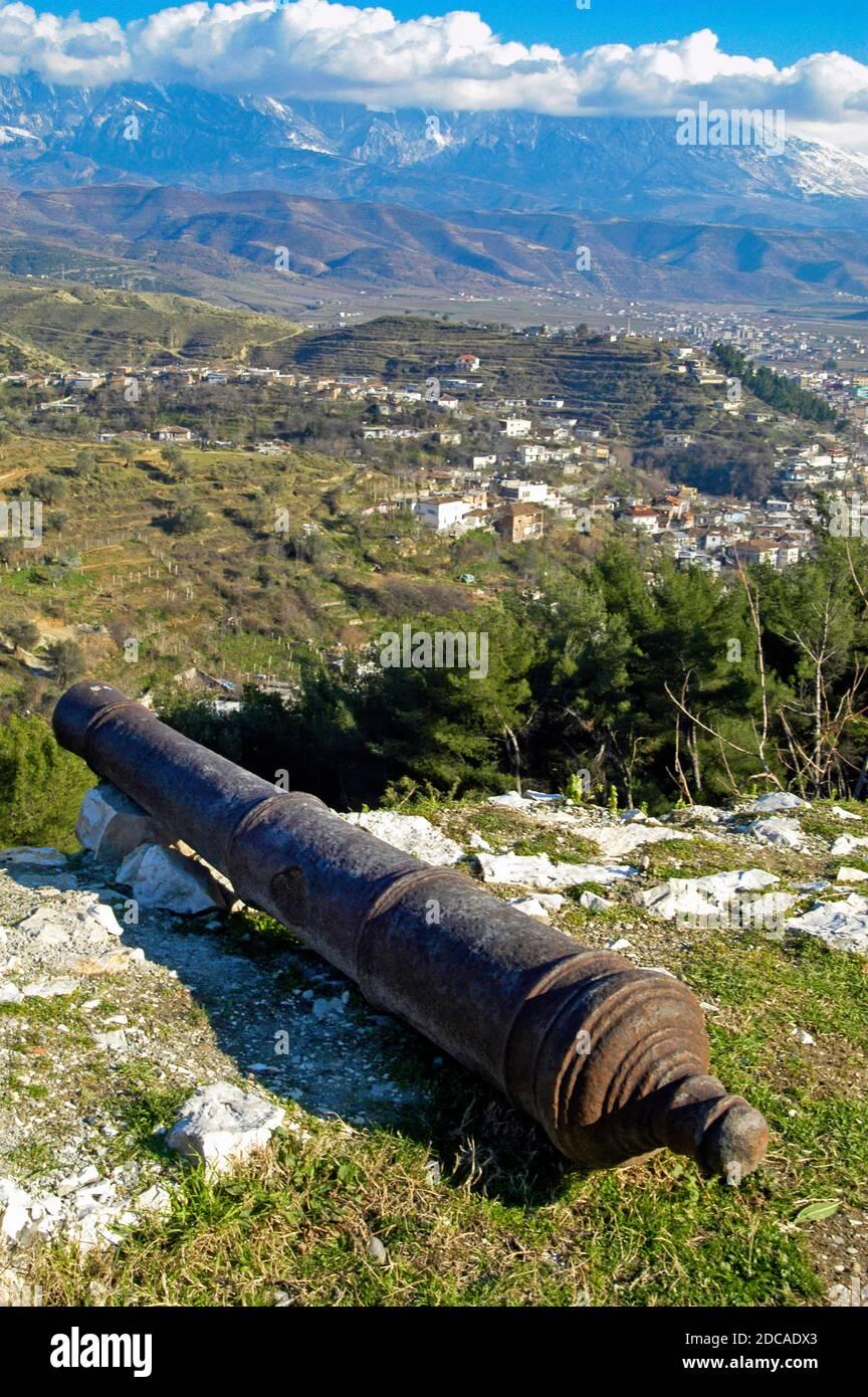 Cannon et ruines de la forteresse, Berat, au sud de l'Albanie Banque D'Images