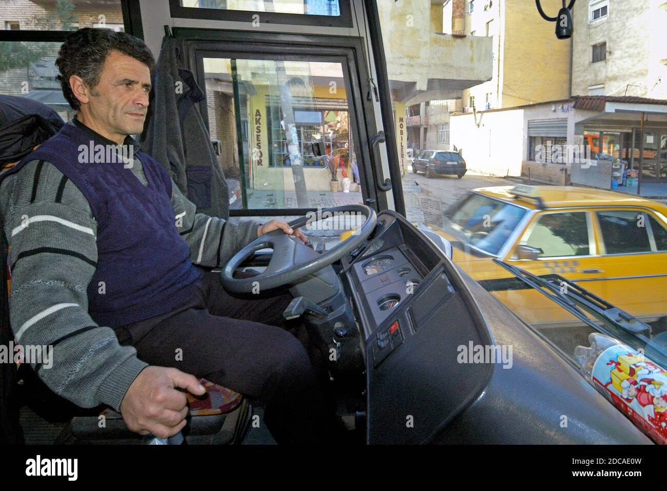 Chauffeur de bus albanais traversant la circulation, Tirana, Albanie Banque D'Images