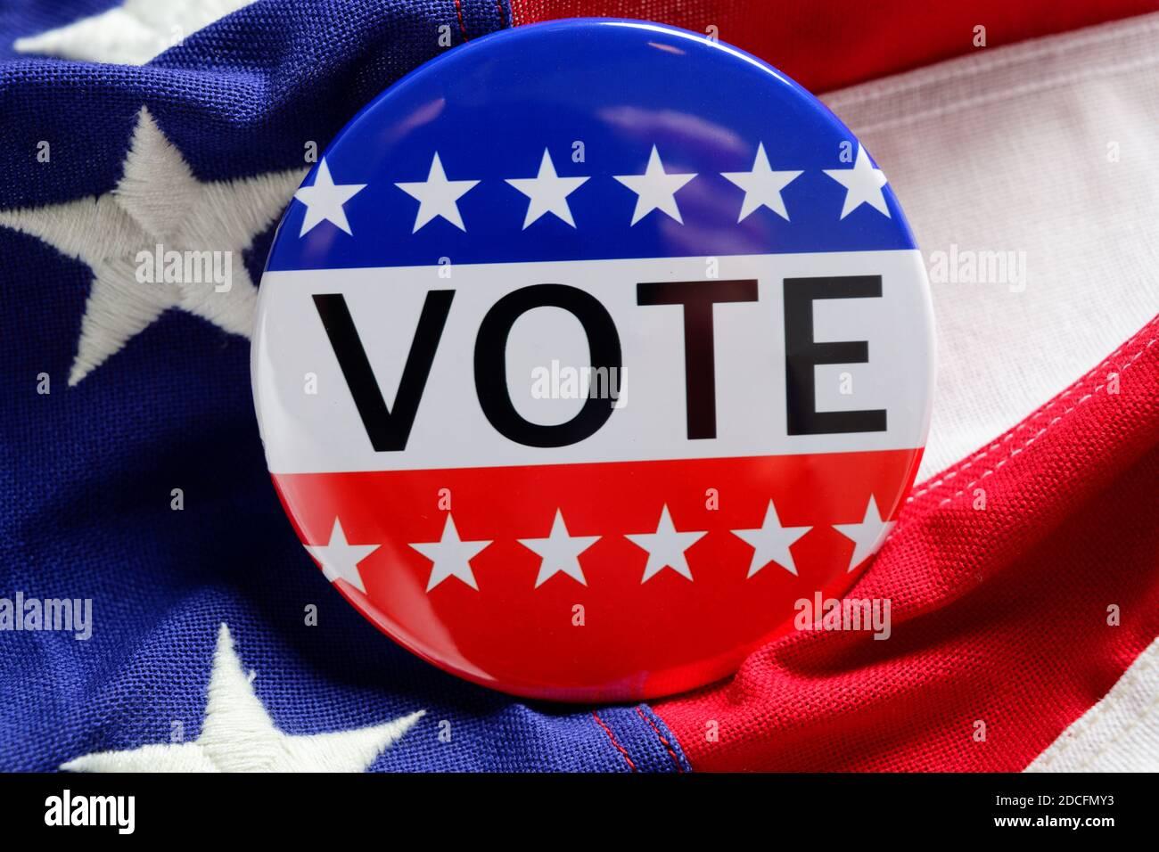 Un bouton DE VOTE rouge, blanc et bleu sur fond bleu Banque D'Images