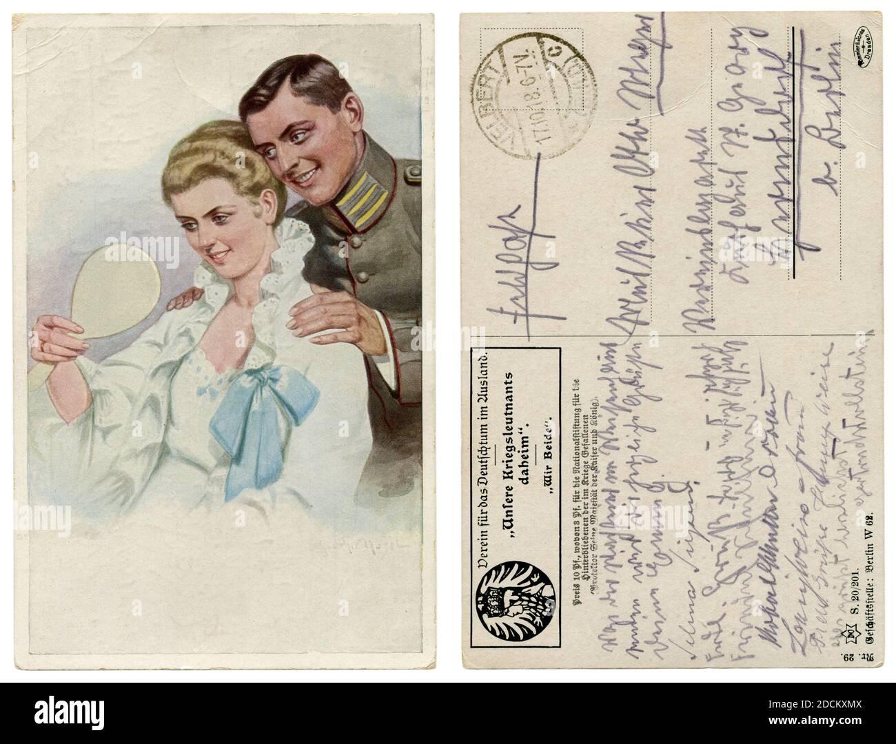 Carte postale historique allemande : un homme en uniforme militaire admire sa belle femme. Une dame dans une chemise de nuit regarde dans le miroir. World War One, 1914-18 Banque D'Images