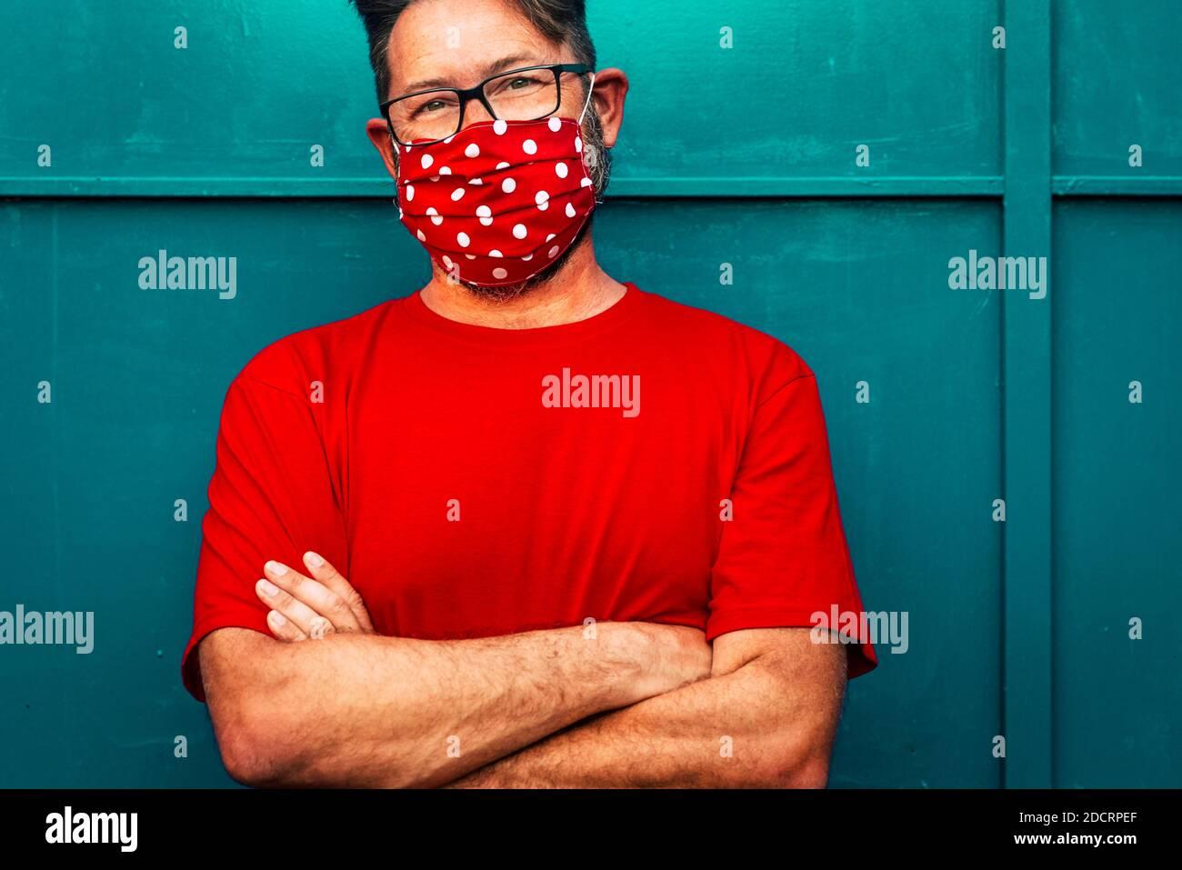 Beau adulte mature homme portrait portant masque de protection du visage pour coronavirus et virus covid-19 urgence - concept de personnes et épidémie de coronavi Banque D'Images