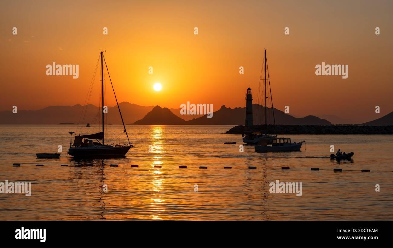 Coucher de soleil au phare dans la marina avec yachts à Bodrum, Turquie. Banque D'Images