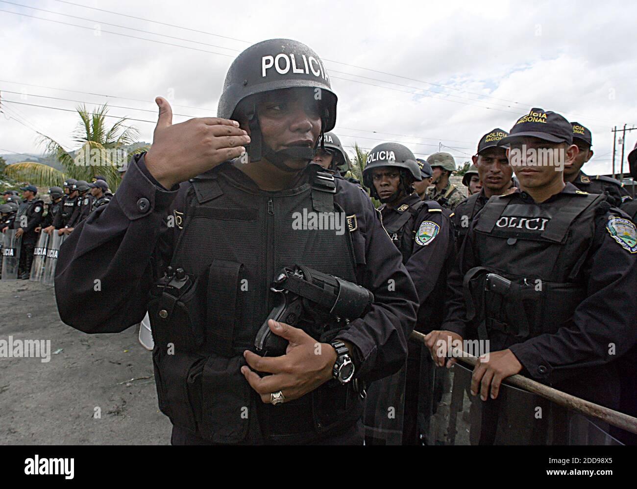 PAS DE FILM, PAS DE VIDÉO, PAS de télévision, PAS DE DOCUMENTAIRE - la police hondurienne et les soldats de l'armée ferment l'entrée de Paraiso, une ville située près de la frontière avec le Nicaragua, le samedi 25 juillet 2009. La frontière entre le Honduras et le Nicaragua reste fermée tandis que le président évincé Manuel Zelaya est resté du côté du Nicaragua avec un groupe de partisans. Photo de Pedro Portal/EL Nuevo Herald/Miami Herald/MCT/ABACAPRESS.COM Banque D'Images