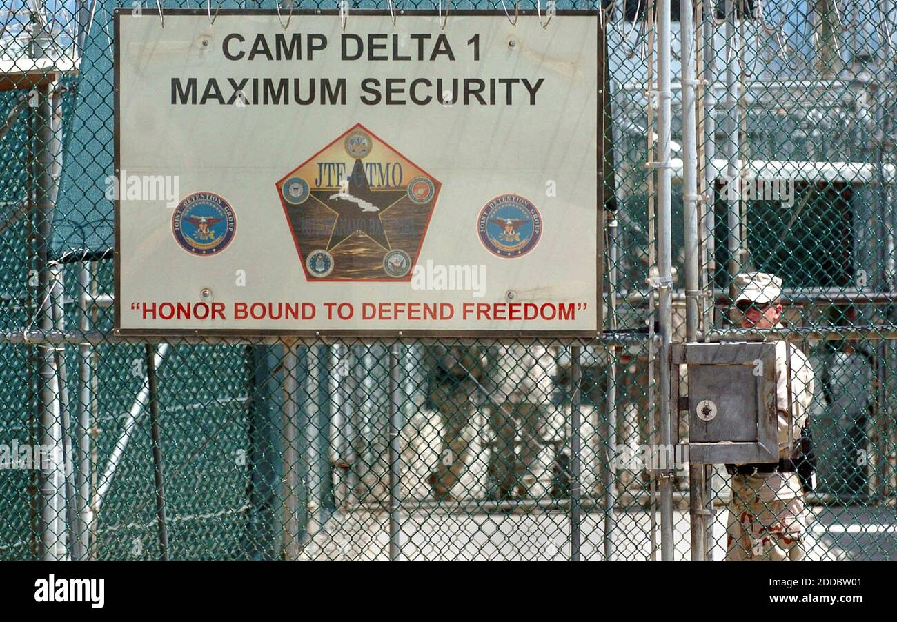 PAS DE FILM, PAS DE VIDÉO, PAS de télévision, PAS DE DOCUMENTAIRE - UN garde garde garde garde à une porte d'entrée au centre de détention de Camp Delta à Guantanamo Bay, Cuba, le dimanche 11 juin 2006. Trois détenus du camp ont été retrouvés morts samedi après s'être suicidés en se raccrochant. Photo de Todd Sumlin/Charlotte observer/KRT/ABACAPRESS.COM Banque D'Images