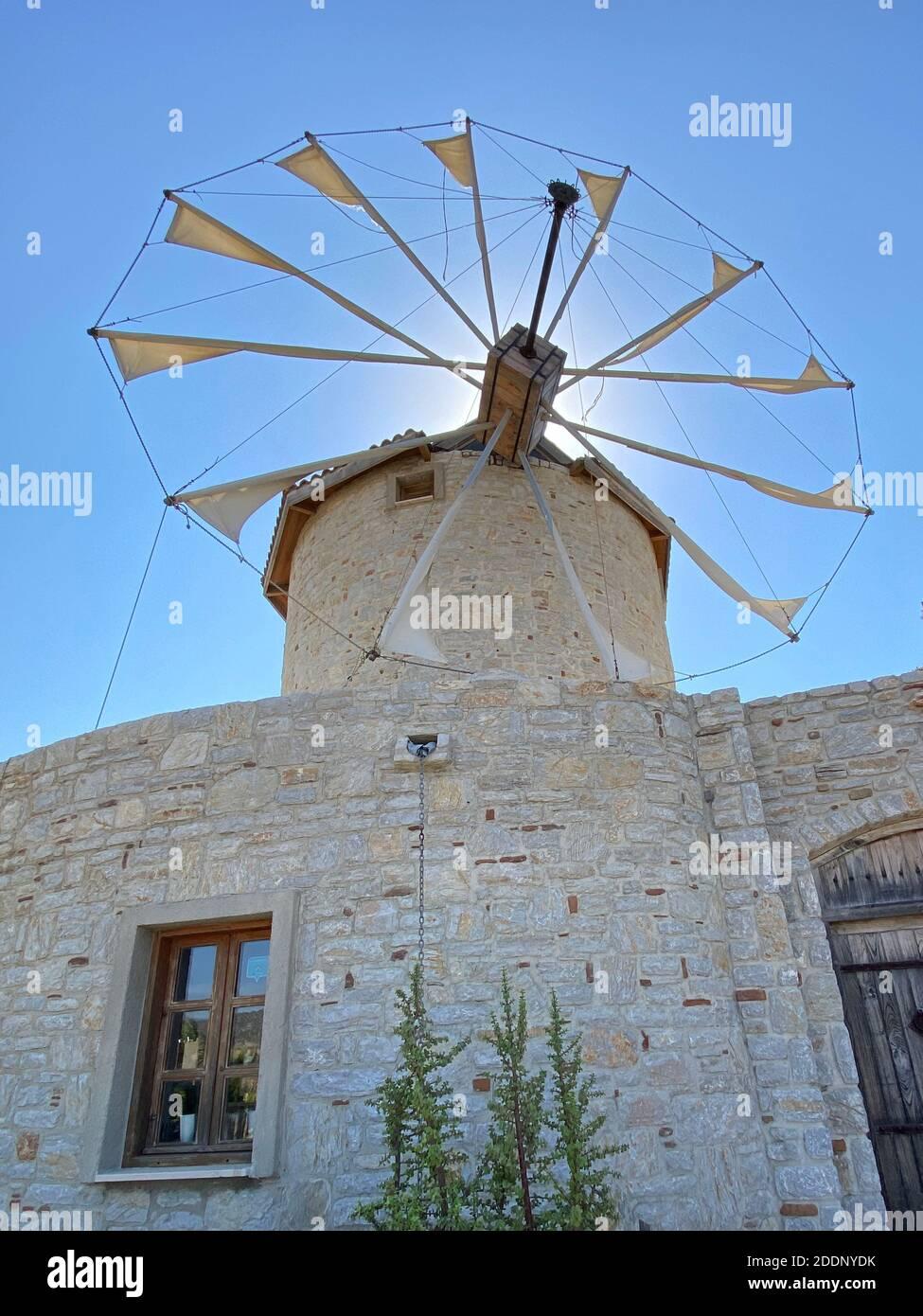 Ancien moulin à vent en pierre blanche avec vieille porte en bois lourde. Destination de vacances et attraction touristique. Banque D'Images
