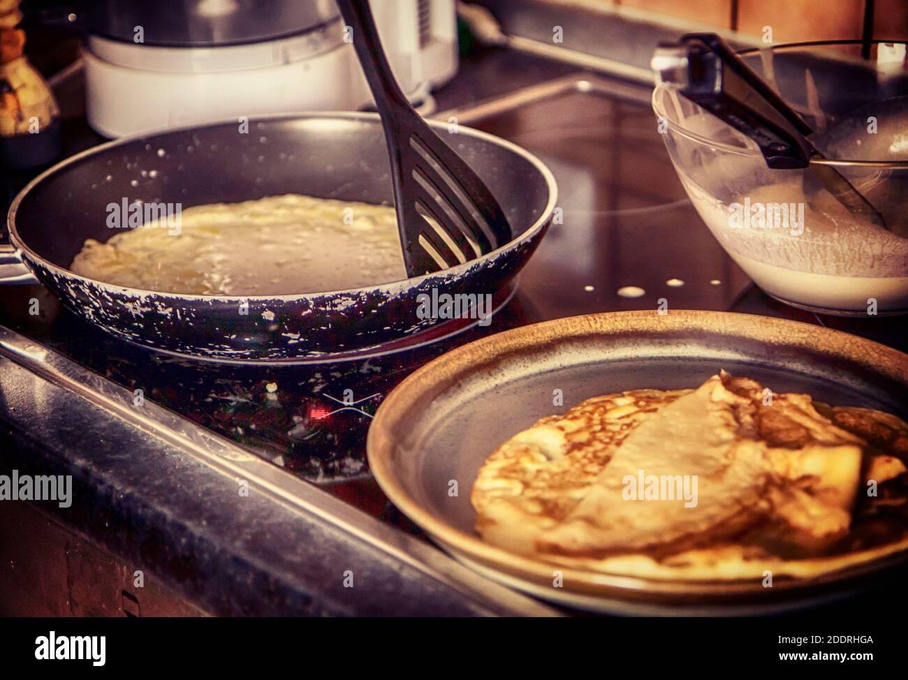 Cuisiner à la maison : faire des crêpes dans la poêle pour un petit déjeuner festif Banque D'Images