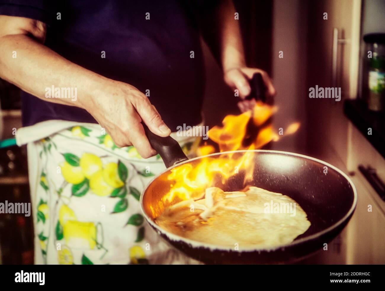 Cuisine gastronomique créative à la maison : faire des crêpes flambantes Banque D'Images
