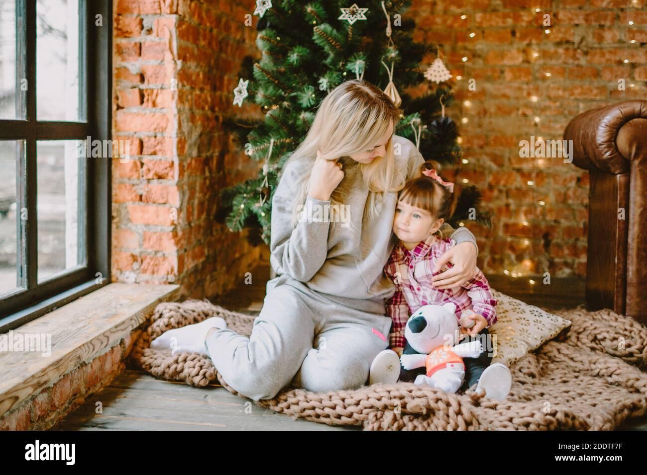 23 novembre 2020. Anapa, Russie. Fille Yong avec mère à l'intérieur de Noël. Vacances d'hiver. Banque D'Images