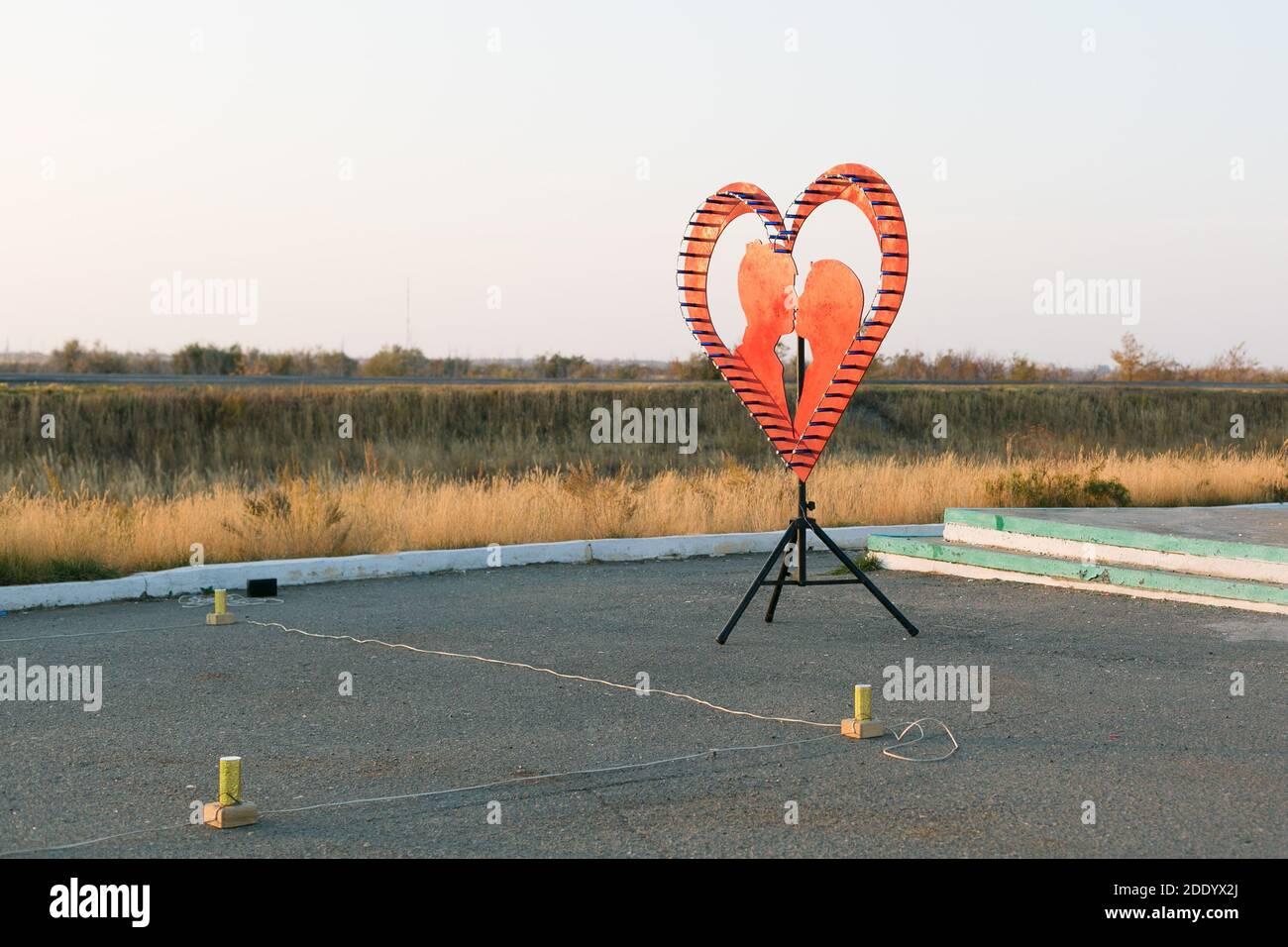 Mettez les feux d'artifice de mariage en forme de coeur et de silhouette de personnes. Banque D'Images