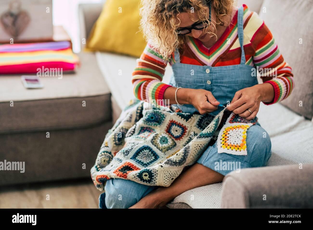 Femme adulte travaillant à la maison avec de la laine de couleur - fermer portrait de la femme caucasienne travaillant et appréciant le temps à accueil en saison de blocage du coronavirus Banque D'Images
