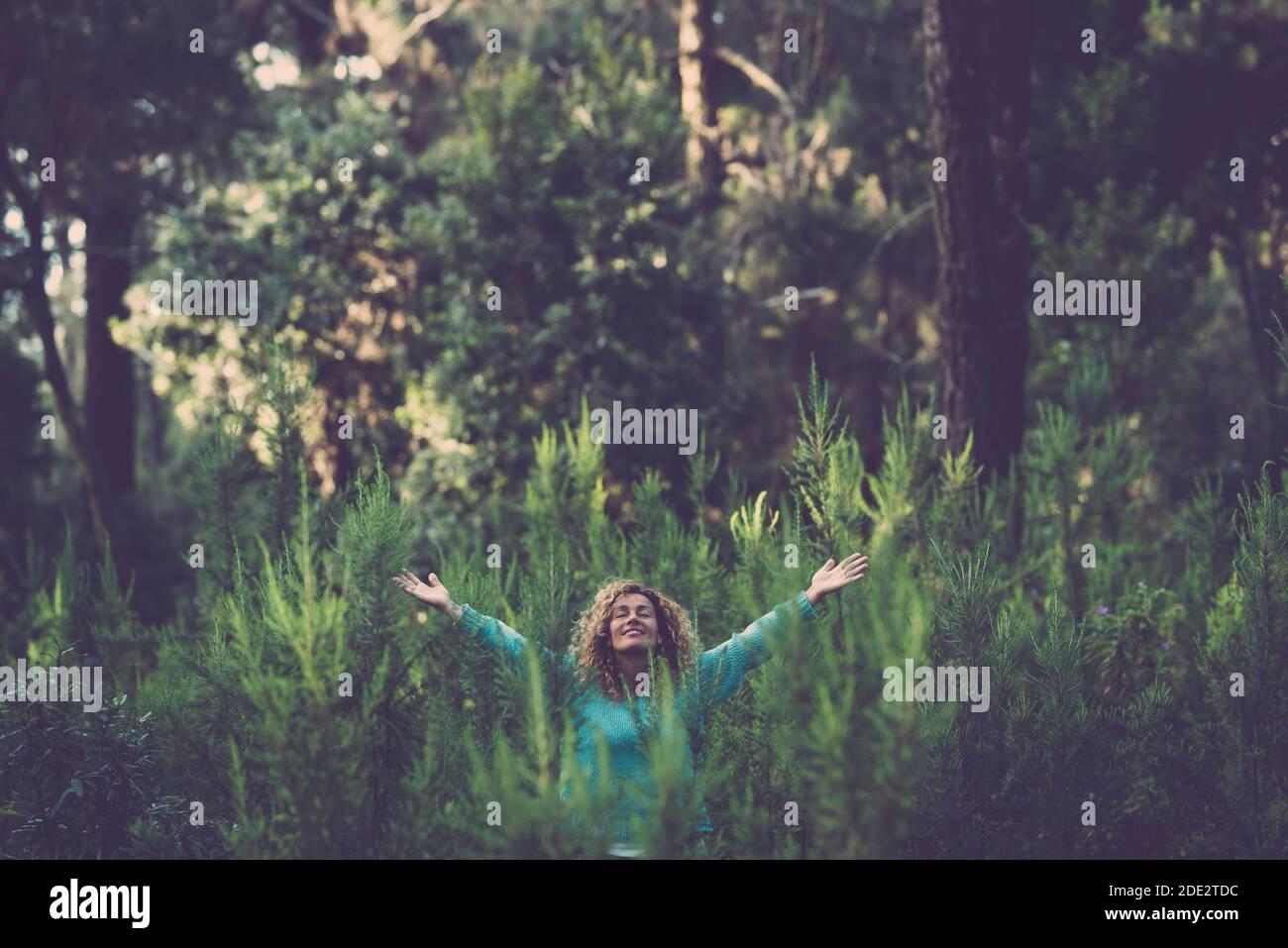 Embrasser l'extérieur et l'amour de la nature concept avec la belle femme heureuse au milieu d'une forêt arbres bois au total bonheur et joie - le jour de la terre cel Banque D'Images