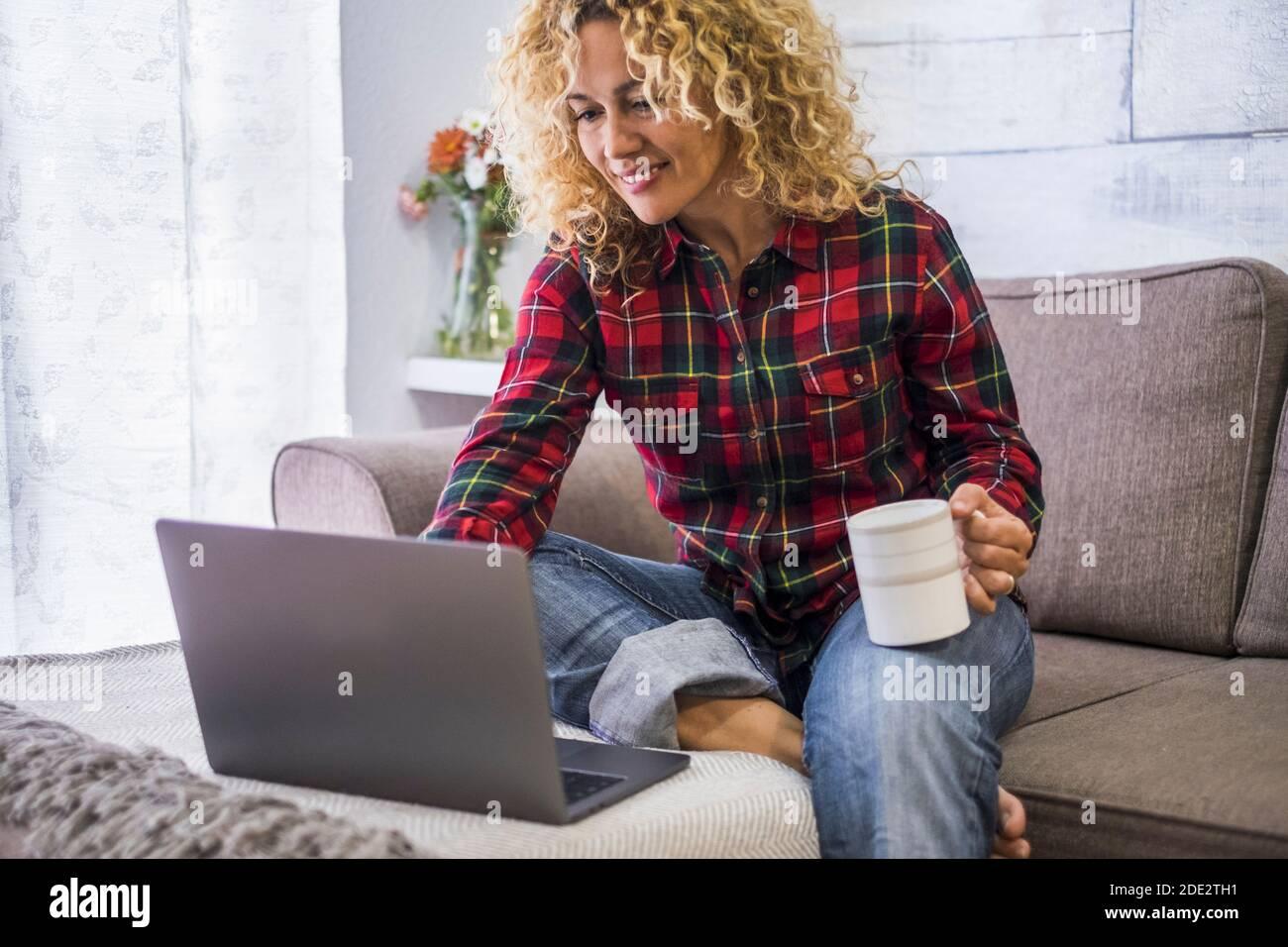 Beau portrait d'une femme travaillant avec un ordinateur portable à la maison - l'achat et l'activité d'emploi avec la technologie en ligne gratuitement les gens - assez féminine cauca Banque D'Images