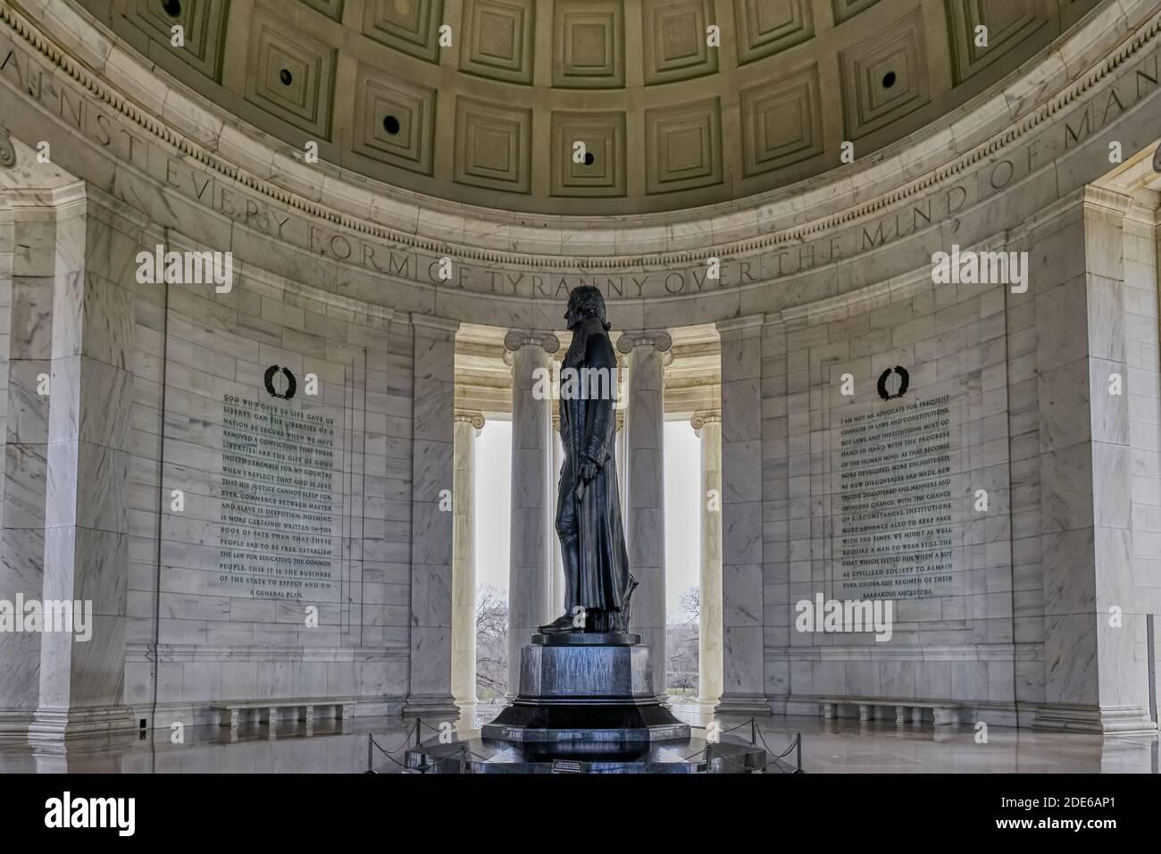 Thomas Jefferson Memorial avec des citations gravées sur les murs de marbre environnants, Washington, États-Unis Banque D'Images