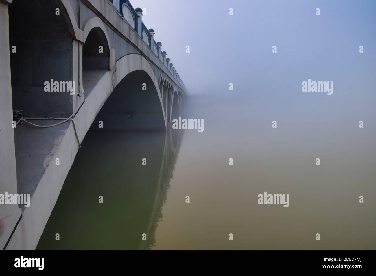 Abridge sous un épais brouillard le matin d'hiver à yinchuan. Banque D'Images