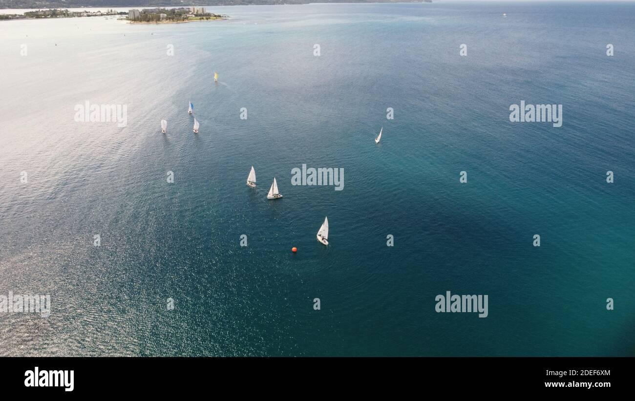 Un groupe de bateaux naviguant le long de la côte nord de Montego Bay Jamaïque; situé dans la mer des Caraïbes. Eaux cristallines et magnifiques. Banque D'Images