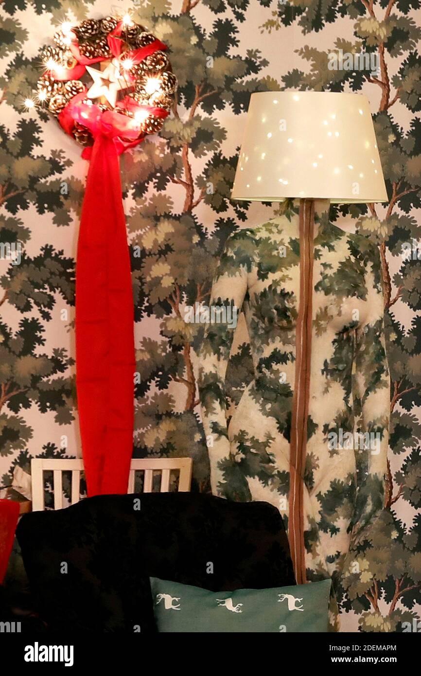 """Le modèle de peinture de Noël Marilena comme lampadaire au restaurant Castle Hehlen. Travail sur le clip de Noël """"le Noël de l'artiste - UN Bodypainting clip vidéo de l'atelier Düsterwald"""" par Jörg Düsterwald et Alexander grosse-Strangmann. Hehlen le 28 novembre 2020 Banque D'Images"""
