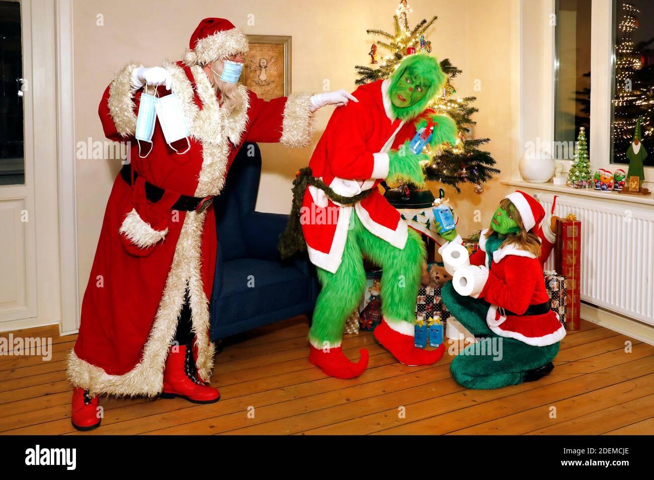 Le Père Noël attrape le Grinch et Mme Grinch voler présente et leur dit de porter un masque de protection. GEEK ART - Bodypainting et Transformaking: 'The Grinch Steals Christmas' photoshoot avec Enrico Lein as Grinch, Maria Skupin as Mrs Grinch et Fabian Zesiger as Santa Claus à la Villa Czarnecki à Hameln, le 30 novembre 2020 - UN projet du photographe Tschiponnique Skupin et du peintre Lebodyin Enrico Banque D'Images
