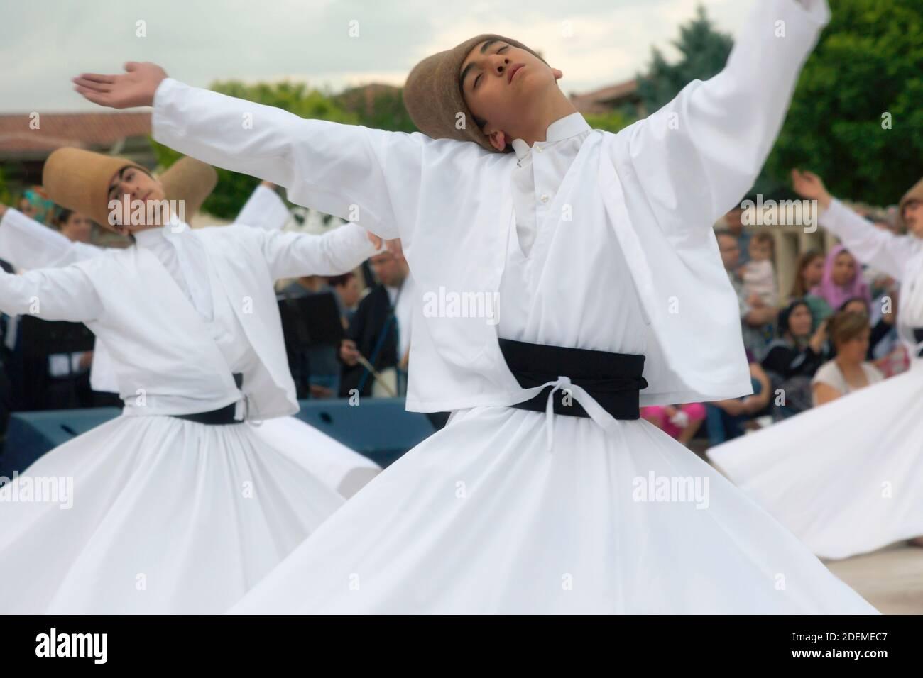 """Konya, province de Konya, Turquie. Derviches tourbillonnants. L'UNESCO a proclamé la """"cérémonie de Mevlevi Sema"""" de Turquie (vue ici) parmi les chefs-d'œuvre de Banque D'Images"""