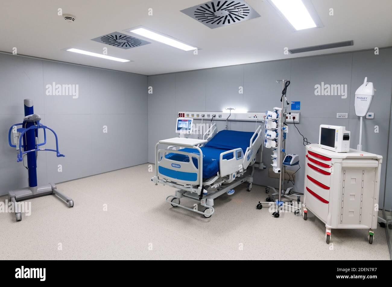 Madrid, Espagne. 1er décembre 2020. Lit d'hôpital dans une unité de soins intensifs pendant le jour d'inauguration à l'hôpital Enfermera Isabel Zendal. Le nouvel hôpital d'urgence a été construit en trois mois avec un coût approximatif de 100 millions d'euros pour être utilisé pour les pandémies ou les urgences sanitaires, avec 1,000 lits qui pourraient prendre en charge les patients coronavirus (COVID-19). Credit: Marcos del Mazo/Alay Live News Banque D'Images