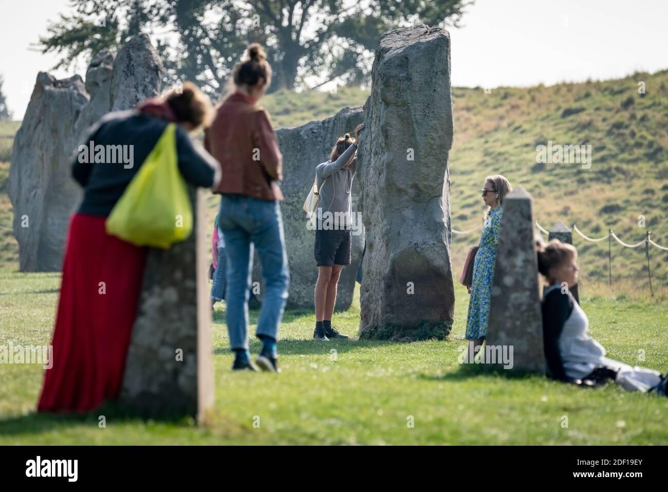 Equinox d'automne au cercle de pierres d'Avebury. Les disciples païens se rassemblent pour toucher, méditer et chanter autour des pierres néolithique d'Avebury. Wiltshire, Royaume-Uni Banque D'Images