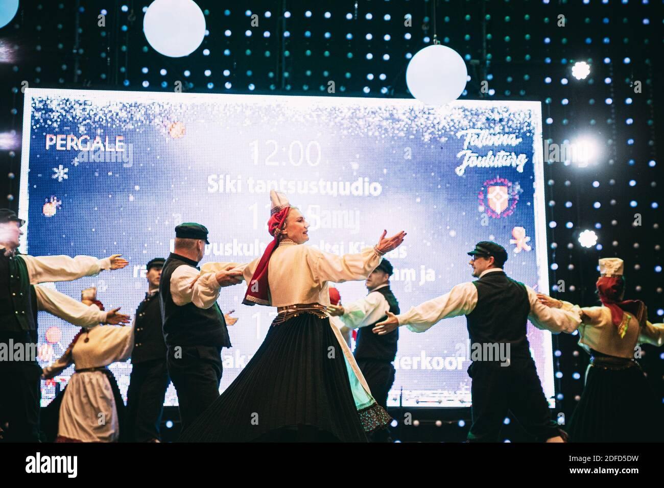 Tallinn, Estonie. Danseurs en costumes nationaux effectuant des danses folkloriques pendant la fête traditionnelle des fêtes de Noël. Banque D'Images
