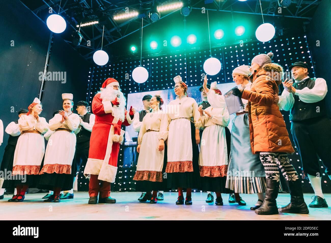 Tallinn, Estonie. Danseurs en costumes nationaux pendant les fêtes traditionnelles de Noël. Banque D'Images